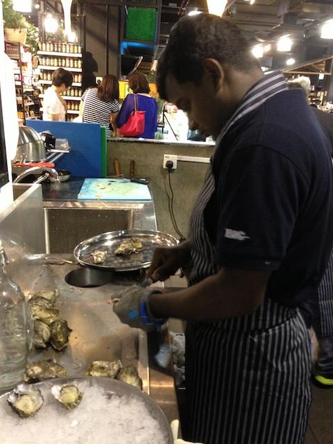 マレーシア 牡蠣剥き